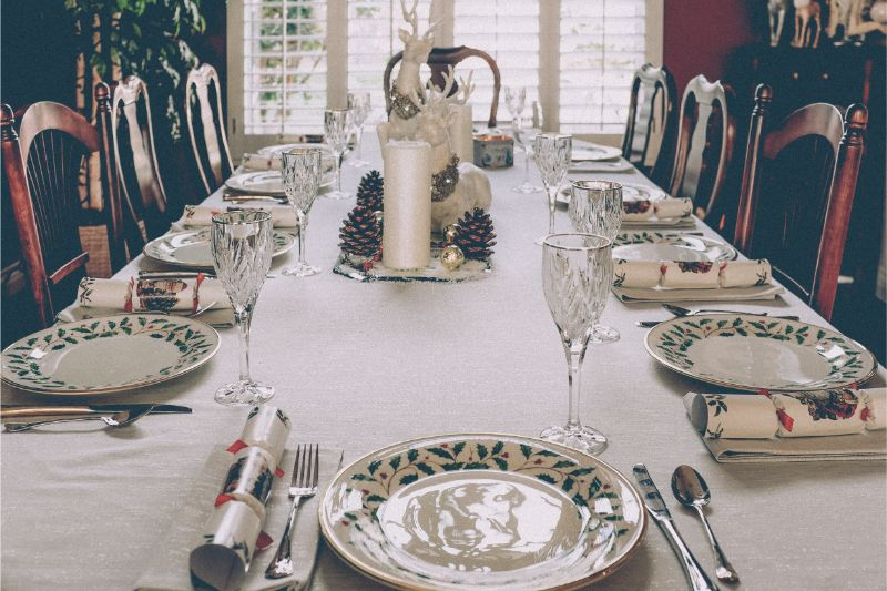 3 Color Inspirations To Build The Most Elegant Christmas Dining Table Decor